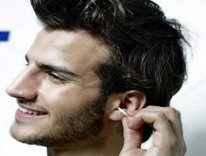 mengorek telinga terlalu dalam dapat menyebabkan telinga berdengung