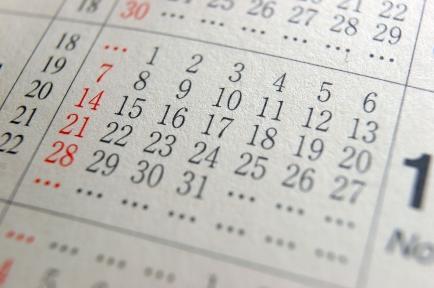 hari minggu dan hari libur lainnya ditandai dengan warna merah