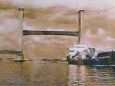 bagian badan tengah jembatan ampera bisa diangkat untuk lewat kapal