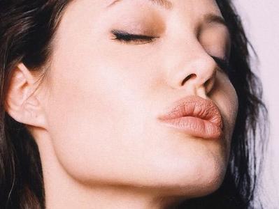ada beberapa hal yang bisa menjadi penyebab bibir pecah-pecah